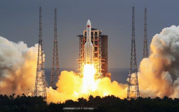 中国は宇宙ステーションの基幹施設をロケットで打ち上げた(29日)=新華社・共同