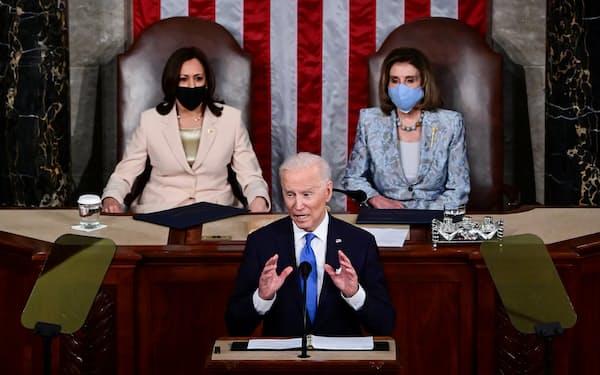 大統領の後ろに女性2人が並ぶのは史上初めてとなった(28日、ワシントン)=ロイター
