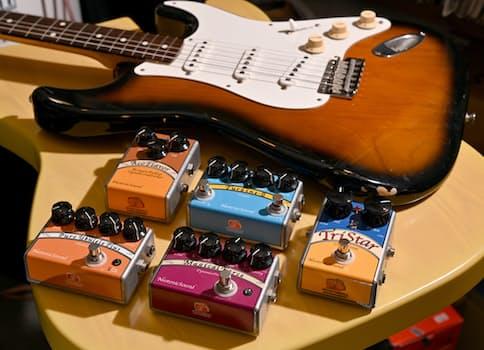 一つ一つすべて手作業で製作するエレキギターのエフェクター=大岡敦撮影