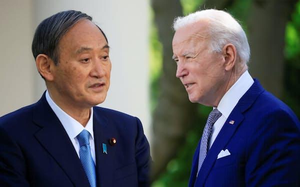 日米首脳会談後に、記者会見をする菅首相とバイデン米大統領=ロイター