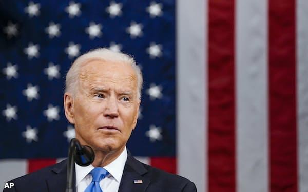 演説するバイデン米大統領(28日、ワシントン)=AP