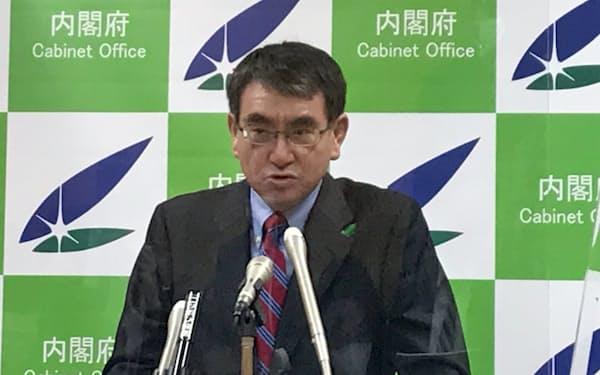 記者会見に臨む河野規制改革相(16日)