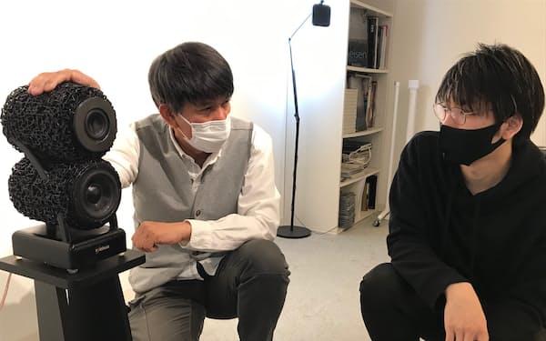 フォレマーの植木さん(左)は自社スピーカー「FRM30」を使ったプロジェクトを神山さんと進めている(都内)