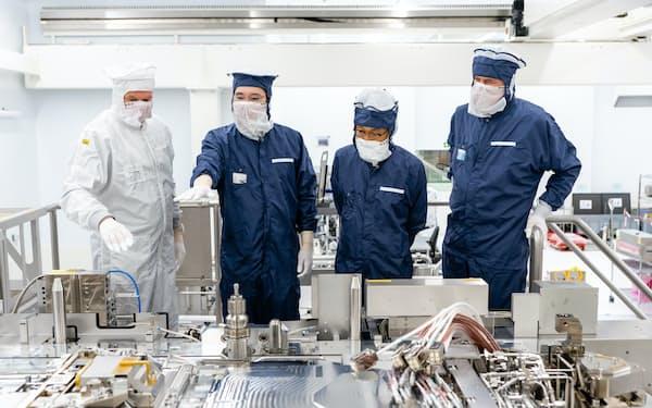 サムスン李在鎔副会長(左から2人目)はEUV露光装置の調達のためにオランダに飛んだ(ASML工場、20年10月)