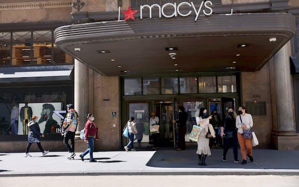 米国では個人消費が急回復している(ニューヨーク市内の百貨店)=ロイター
