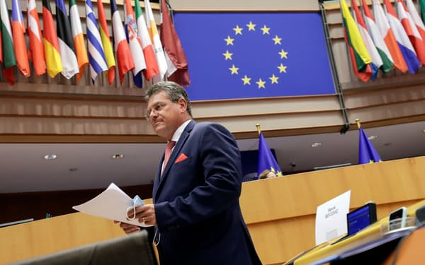 EUの欧州委員会のシェフチョビッチ副委員長(27日の欧州議会、ブリュッセル)=ロイター