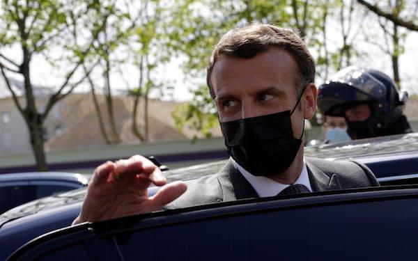 マクロン仏大統領は4段階でコロナ対策を緩和すると語った=ロイター