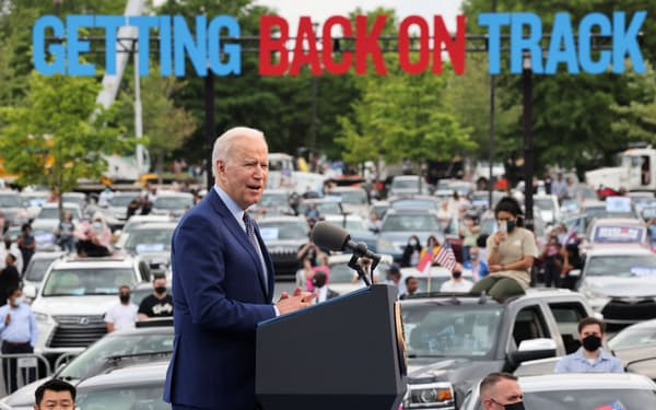 バイデン米大統領は就任100日当日の演説で投票制限の動きを批判した(29日、ジョージア州アトランタ郊外)=ロイター