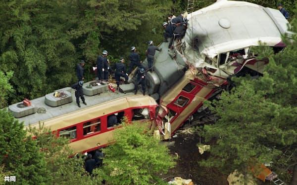 正面衝突した信楽高原鉄道とJR西日本の先頭車両=1991年5月14日、滋賀県甲賀市(旧信楽町)=共同