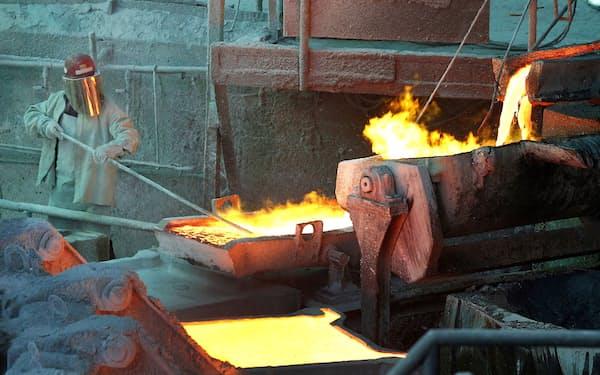 チリ・ベンタナスのコデルコの精錬所で銅の精錬作業をする従業員=ロイター