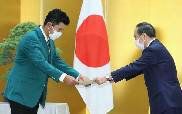 菅首相から顕彰状を受け取る松山英樹選手㊧(30日午前)