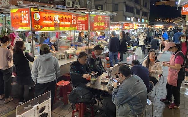 新型コロナの感染拡大を抑え、民間消費も着実に回復を続けている(4月、台北市)
