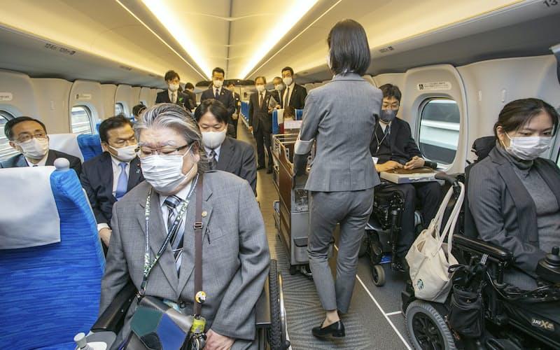 東海道新幹線は車いすスペースを増やすなど多様性対応を進める=共同