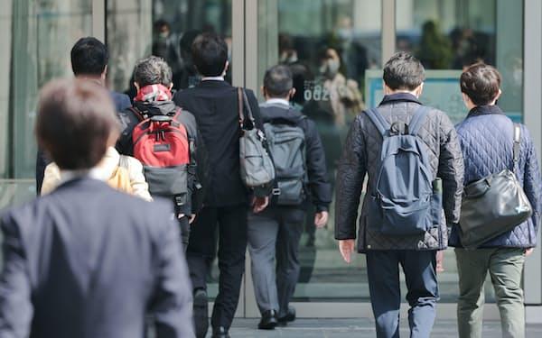 通勤する人たち(4月12日、東京都千代田区)=井上容撮影