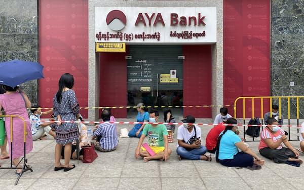 4月27日、ヤンゴンの銀行前でATMから現金を引き出すために並ぶ人々