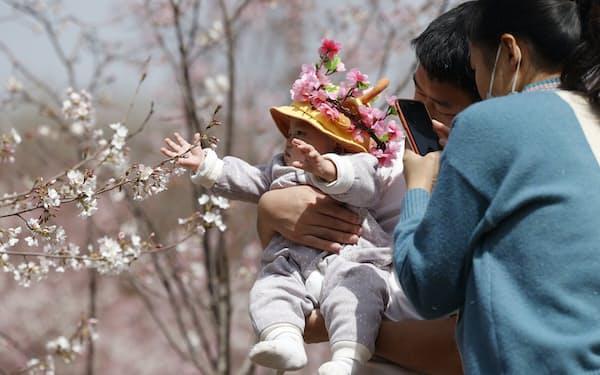 出生数は16年を直近のピークに減少してきた(北京市)=AP