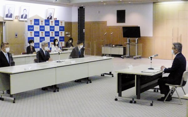 日本医師会の中川俊男会長(前列中央)と面会する武田総務相(右端)=30日、東京都内