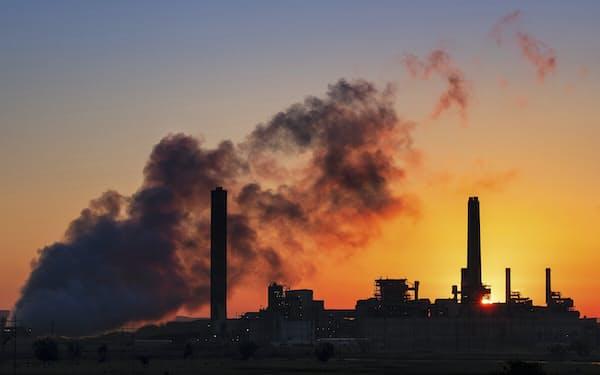 先進国では石炭火力離れも進んでいるが…(米国の発電所)=AP