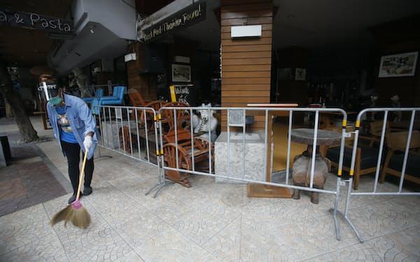 タイのプラユット首相はバンコクなどで店内飲食の禁止を決めた=AP