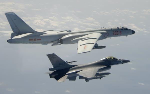 台湾周辺に侵入する中国の戦略爆撃機(上)と、台湾のF16戦闘機=AP