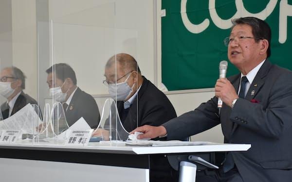福島県農業協同組合中央会の菅野会長(右)ら農林水産、消費者団体トップが共同声明を出した(30日、同県いわき市)