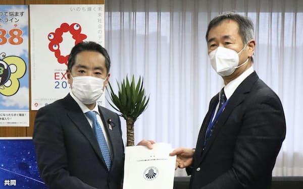 井上科技相(左)に声明を手渡す日本学術会議の梶田会長(4月22日、東京都千代田区)=共同