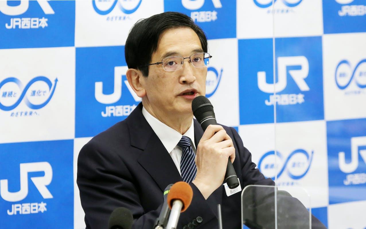 記者会見で過去最大の最終赤字となった決算を発表するJR西日本の長谷川社長(30日午後、大阪市北区)