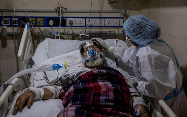 インドはコロナの爆発的な感染で重症患者が急増している=ロイター
