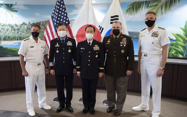 日米韓制服組トップ会談に臨む山崎統幕長(中央)=29日、米ハワイ州、防衛省提供