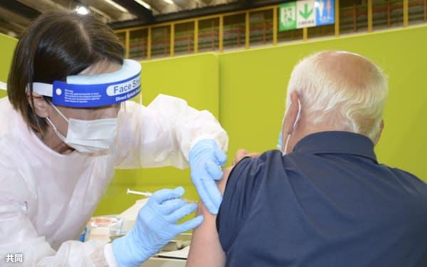 65歳以上の高齢者を対象とした新型コロナウイルスワクチンの接種(4月、北九州市)=共同