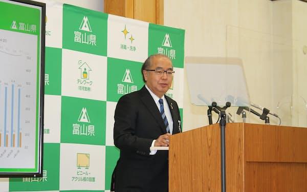 記者会見する富山県の新田八朗知事(30日、富山県庁)