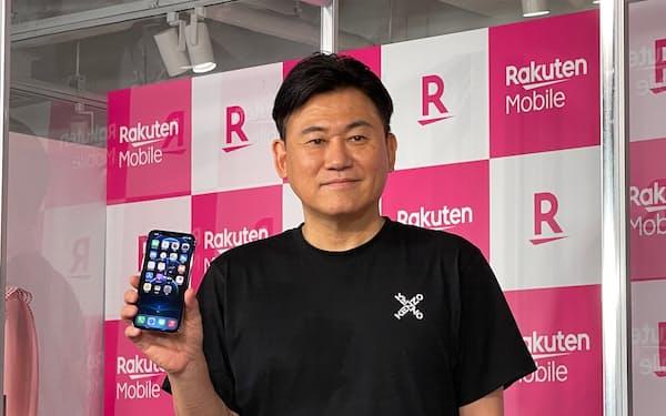 iPhoneをアピールする楽天モバイルの三木谷浩史会長