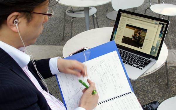 大学の講義をインターネットを介して無料で受講できる「MOOC(ムーク、大規模公開オンライン講座)」が今年4月、日本でもスタートした。JMOOCの講座を受ける忍田博明さん(43)(東京都文京区)