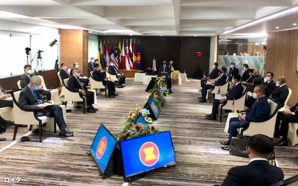 ASEAN首脳会議では新型コロナウイルスの感染対策で出席者の間にかなりの距離が確保された(4月24日、ジャカルタ)=ロイター