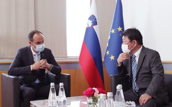 スロベニア外相と会談する茂木外相(外務省提供)