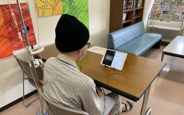 入院中の沼倉一さんは病院からオンラインで大学の授業やゼミに参加する(4月下旬、栃木県)