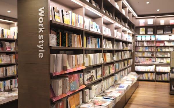 講談社などは各書店の客層に合わせた配本を目指す(東京都渋谷区のTSUTAYA渋谷店)