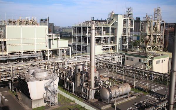 破砕、洗浄、化学分解などの工程を経てペットボトルをリサイクルする(川崎市)