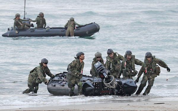 ボートで上陸する陸上自衛隊の水陸機動団(鹿児島県中種子町)