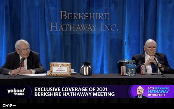 株主の質問に答えるバフェット会長(左)とマンガー副会長(1日)=ロイター