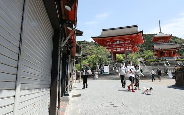 シャッターが下りた店舗もある中、観光地を散策する人たち(4月25日午後、京都市東山区)=松浦弘昌撮影