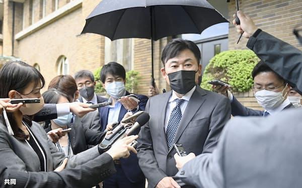菅首相との面会後、記者団の取材に応じる楽天の三木谷浩史会長兼社長=2日午後、首相公邸
