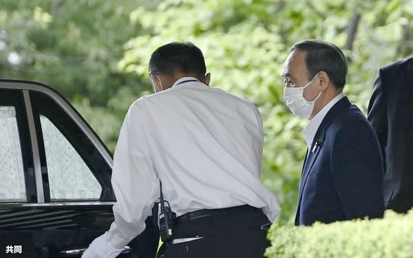 首相公邸を出る菅首相。ワクチン接種の体制強化に向け、楽天の三木谷浩史会長兼社長と面会した=2日午後
