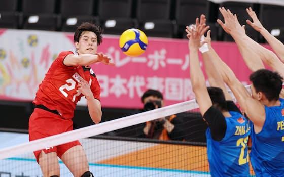 バレーボール男子の日本、中国による国際親善試合が2日行われ、日本は3-1で勝ち、1日に続いて連勝とした。写真は第2セット、スパイクを放つ高橋藍