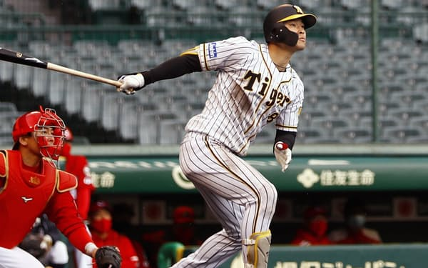 5回阪神無死、佐藤輝が右越えに、満塁本塁打を放つ=共同