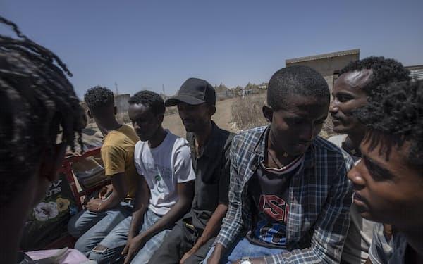 ティグレ州から隣国スーダンに逃れてきた難民(3月、スーダン東部)=AP