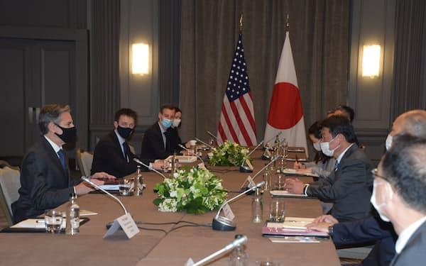 茂木外相㊨は訪問先のロンドンでブリンケン国務長官との日米外相会談に臨んだ(3日)=代表撮影