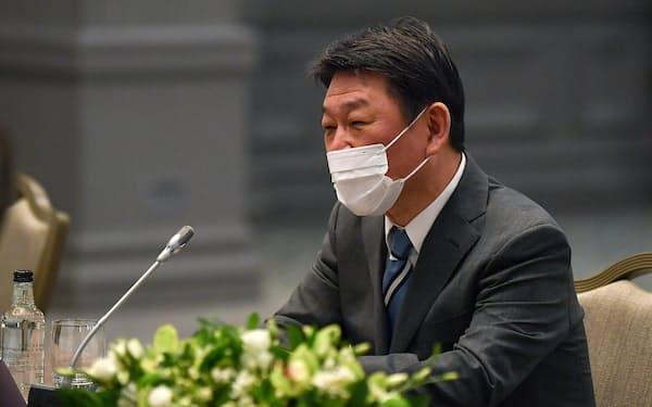 3日、ロンドンでの日米外相会談で、マスク姿で出席した茂木外相=AP