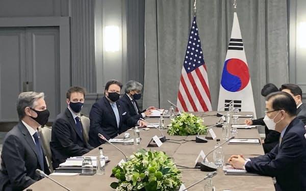 ブリンケン米国務長官(左端)と会談する韓国の鄭義溶外相(右手前)(3日、ロンドン)=聯合・共同