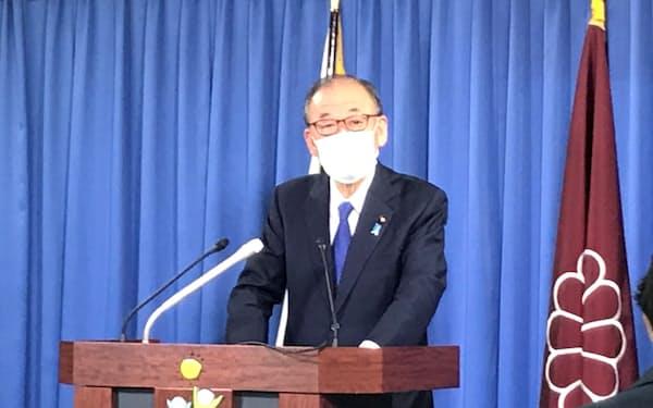 記者会見する自民党の山口選挙対策委員長(1月、党本部)